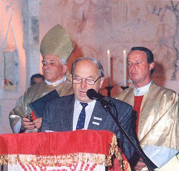 V září 1993 je tu zachycen při projevu u příležitosti znovuvysvěcení kostela v Mouřenci s biskupem Liškou a farářem Pešatem