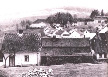 Výřez fotografie neznámého autora, který zachycuje v popředí budovu bývalé kundratické synagogy a přiléhající stavbu zdejší židovské školy