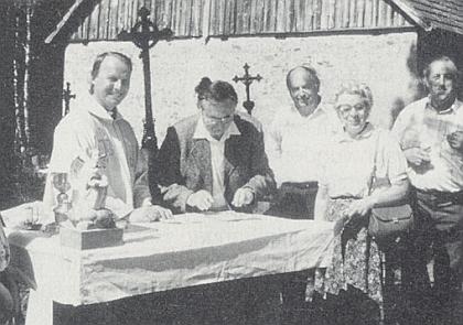 V Mouřenci na snímku z května 1991 při podpisu dohody oobnově kostela, třetí zprava stojí dlouholetý správce kostela František Bucifal, vedle něho Maria Franková
