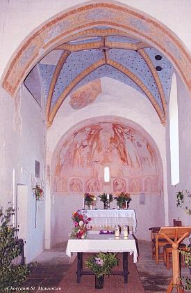 """Kněžiště kostela v Mouřenci s freskou Krista na """"větvovém kříži"""" v oblouku na oltářem"""
