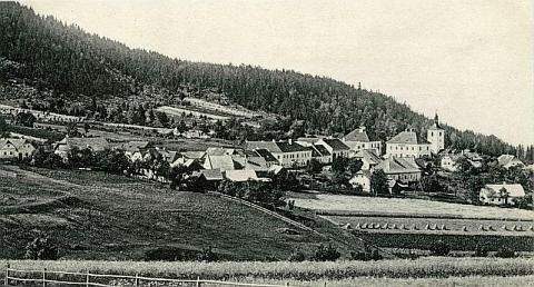 Hojná Voda na staré pohlednici - škola stojí vlevo před zvonicí