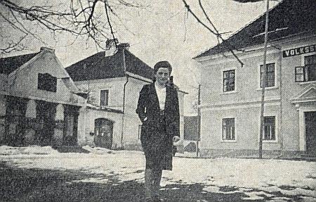 Škola v Hojné Vodě i s částí nápisu nad vchodem (viz i Walter Süka)