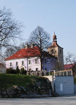 Někdejší škola v Hojné Vodě se zvonicí za sebou