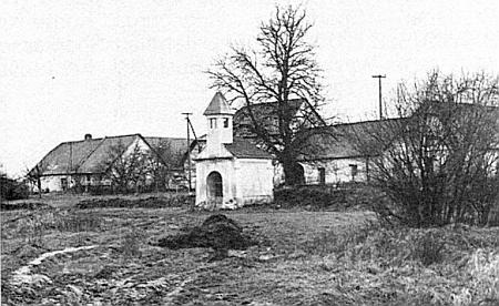 Náves ve Štiptoni, kde před kaplí začínaly kdysi každoroční pouti do Jetzkobrunnu,Hasenbrunnu a Brünnlu, z nichž jen posledně jmenované poutní místo mělo české jméno: Dobrá Voda u Nových Hradů (viz i Nivard Maria Fuchs)
