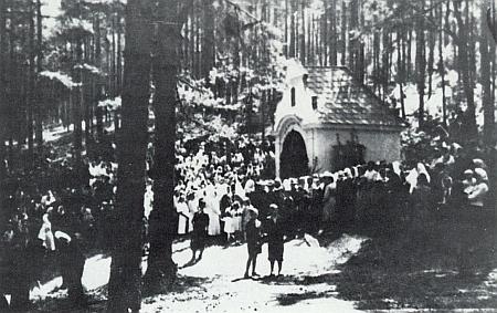 Poutní pobožnost u poutní kaple Hasenbrunn někdy kolem roku 1930