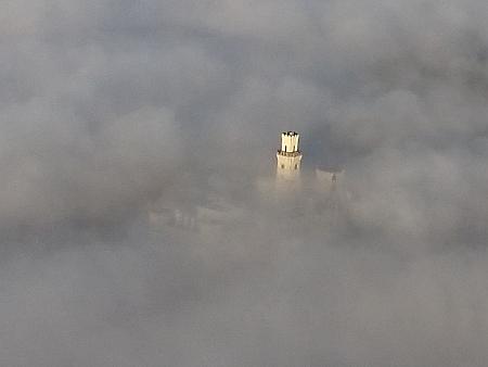 Zámek v Hluboké nad Vltavou vystupující z mlhy