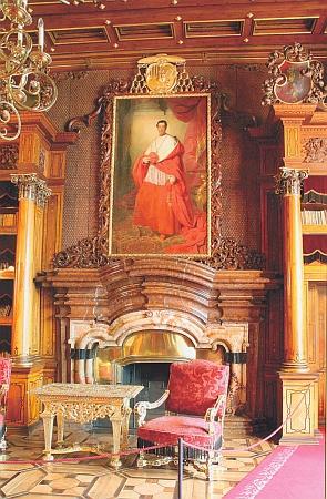 """Druhý z """"vévodů krumlovských"""", jimž Svoboda věnoval svůj """"slávozpěv"""", kardinál Bedřich Schwarzenberg, na portrétu Fridricha Amerlinga z roku 1842 nad krbem knihovny hlubockého zámku"""