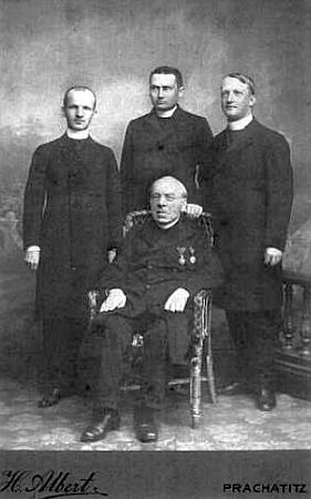 Na snímku, pořízeném v roce 1910 v Prachaticích, jezachycen dvaaosmdesátiletý ve společnosti tří mladých zdejších kaplanů