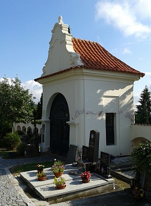 Děkanská hrobka mešní kaple sv. Petra aPavla na prachatickém hřbitově, v níž je Mons.JanŠwéda pochován - snímky jsou z roku 2014