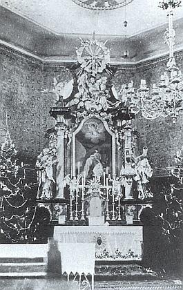 Hlavní oltář kostela sv. Anny v Českých Žlebech ve vánočním hávu, jak ho vídali návštěvníci půlnoční mše začasů před vyhnáním
