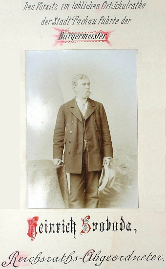 """Snímek ze stránek kroniky tachovské dívčí školy ho zachycuje roku 1890 jako starostu města aposlance říšské rady s příjmením psaným """"Svoboda"""""""