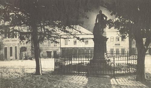Pomník Josefa II. na nočním tachovském náměstí, odstraněný po roce 1918