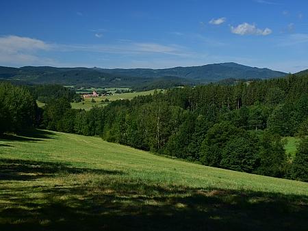 Údolí Hejdlovského potoka, vlevo jsou vidět Chvalšiny