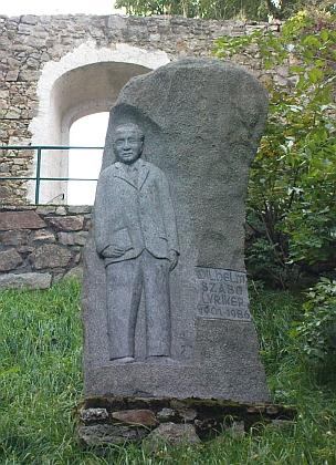 Odhalení pomníku Wilhelmu Szabovi ve Weitře roku 2001 (prvý zprava stojí Wolfgang Katzenschlager)