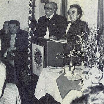 S Heinrichem Meisingerem po boku vypráví na valné hromadě DBB v Ingolstadtu roku 1986 o velikonočních zvycích na Šumavě