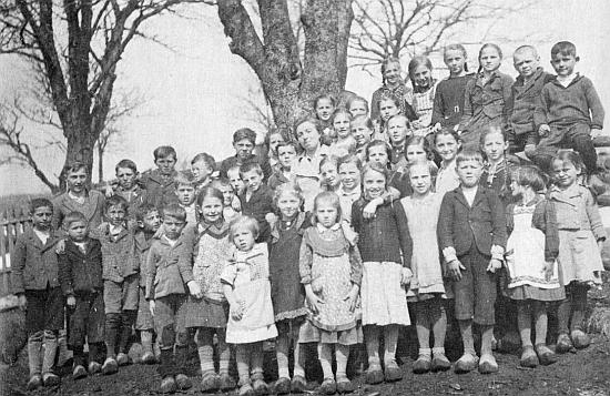 """V roce 1940 je """"Rosl Tahedl""""zachycena na tomto snímku se žáky školy v Bučině, obutými vesměs v dřevácích domácí výroby"""