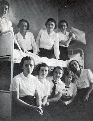 """V roce 1939 při pobytu na bavorském hradě Hohenfels u Chebu s jinými mladými učitelkami za účelem """"doškolení"""""""