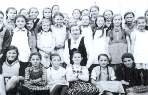 Jako mladá učitelka s dětmi ze školy v Českých Žlebech roku 1937