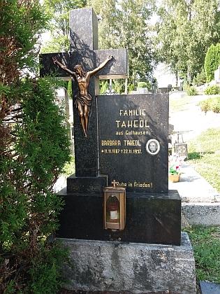 """Maminčin hrob na hřbitově ve Volarech - podle jejích vzpomínek plastiku Krista nebylo v roce 1957 v Čechách možné koupit, nevyslyšeli """"radu"""" vzít si ji na některém z opuštěných šumavských německých hřbitovů a nakonec jim ji poslali příbuzní ze""""západního"""" Německa"""