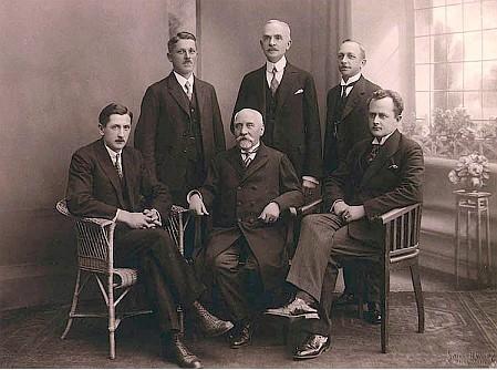 Na skupinovém snímku s archivářem Hynkem Grossem (Tannich sedící prvý zleva)