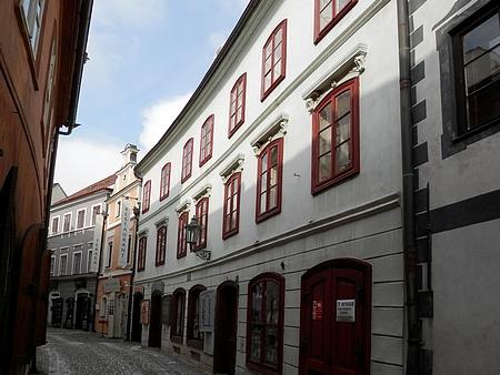 Dům čp. 98 v českokrumlovské Dlouhé ulici na snímku z roku 2018
