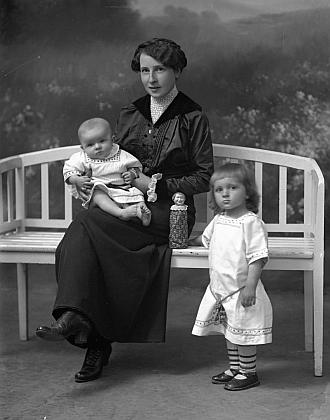 Manželka s dětmi na snímku ze Seidelova ateliéru