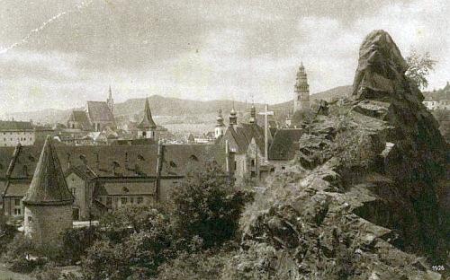 Rabenstein s křížkem při hrotu skály, zvané Havraní a pohled z ní na Krumlov, foto Josef Seidel