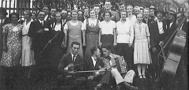 Před posvícením na svátek Narození Panny Marie se v Jaroníně asi roku 1935 sešla venkovská mládež: čtvrtá zleva stojí zčásti zakrytá Marie Tanzerová