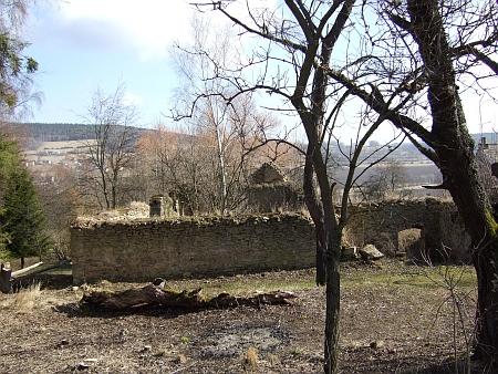 Šest snímků z dubna roku 2012 svědčí o tom, co zbylo z Floriana, největšího statku v Jaroníně