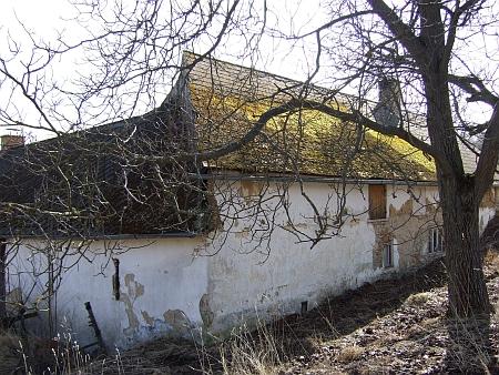 """Rodný dům, zvaný """"Modhiesla"""", na třech záběrech z dubna roku 2012"""