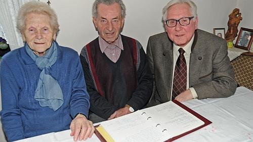 O svých devadesátinách nad rodinnou kronikou se svou ženou Gertrud a místostarostou bavorského městyse Rennertshofen