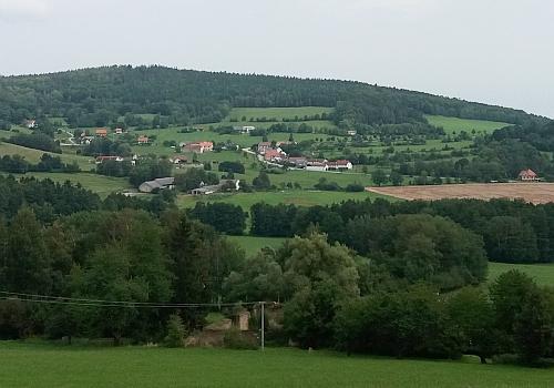 Jaronín od jihozápadu, dole uprostřed ruiny statku Florian