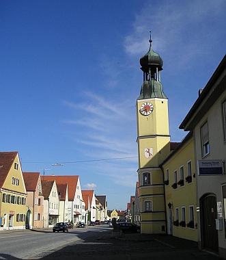Rennertshofenská radnice a městský znak s červenou liškou
