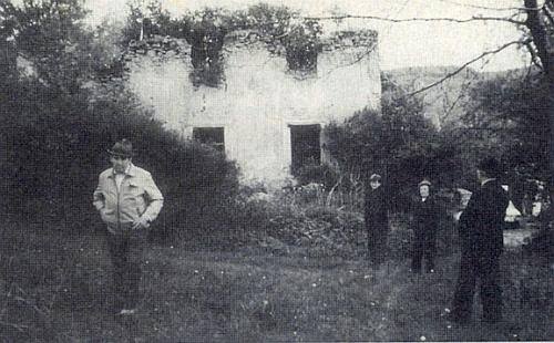 """Trosky největšího kdysi statku čp. 26 v Jaroníně, zvaného """"Florian"""" na snímku z osmdesátých let 20. století"""