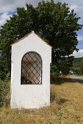 Kaplička naproti škole