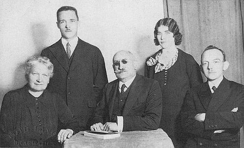 Učitelský sbor školy na Libínském Sedle v roce 1933, zleva Genovefa Hoferová (vdova po Karlu Hoferovi), Otto Tanzer, řídící učitel ve výslužbě Viktor Zimmer, Marie Nowotny a Ignaz Cely - vlevo dole vidíme razítko prachatického fotoateliéru Antona Langla