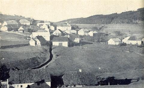 Krejčovice, kde byl ředitelem školy, s hlubokou cestou do vsi od mlýna dole kolem kaple a školní budovy dál nahoru do Milešic