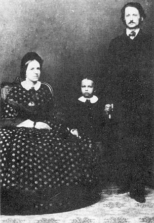 Nejstarší rodinný snímek z jeho dětství zachycuje ho s rodiči Antonem a Klarou Taschekovými někdy kolem roku 1860