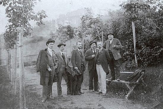 Třetího zleva jej zachytil snímek, pořízený v Hořicích na Šumavě na den přesně 12. června roku 1898