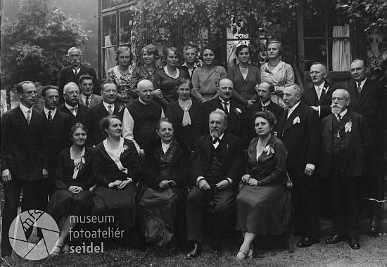 S celou rozvětvenou rodinou na snímku z fotoateliéru Seidel, pořízeném v Mokré 11. září 1930 - nad Taschekovou paní vidíme stát pátera Pauluse Heinricha z Hořic