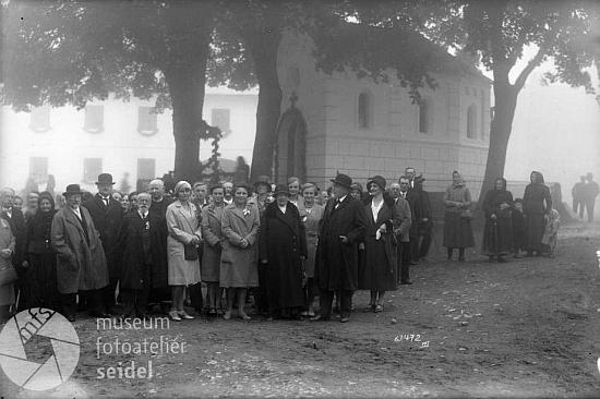 Na dalším skupinovém snímku z téhož dne před kaplí v Mokré