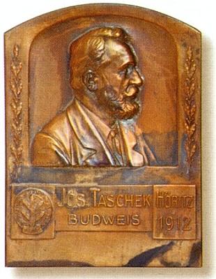 Plaketa (1912) s jeho reliéfní podobiznou, kterou vytvořil Richard Kristinus (1865-1926), od roku 1913 až do své smrti ředitel budějovického městského muzea