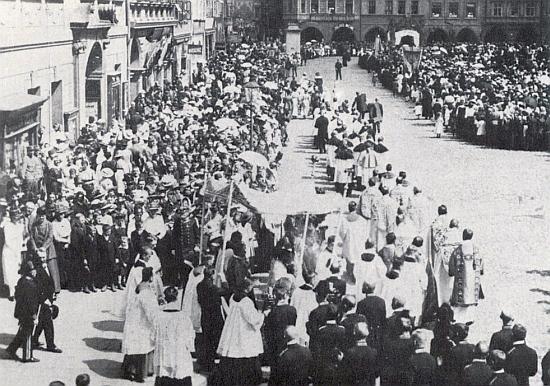 Starosta Taschek vychází z radnice o procesí v den svátku Božího Těla na českobudějovickém náměstí