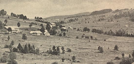 Pohled přes Dolní Světlé Hory na Farmhäuser nahoře vpravo v krajině ještě málem bezlesé