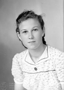 Čtrnáctiletá na snímku z fotoateliéru Seidel, datovaném 28. července 1942