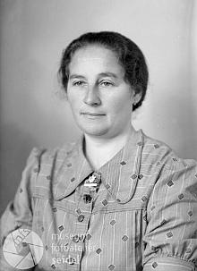 Maminka na snímku z fotoateliéru Seidel, datovaném 29. října 1942