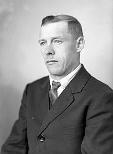 Tatínek na snímku z fotoateliéru Seidel, datovaném 29. října 1942