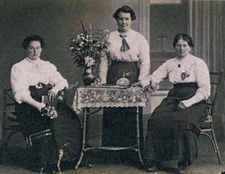 Její maminka (na snímku vlevo) se svými sestrami Marií a Luisou