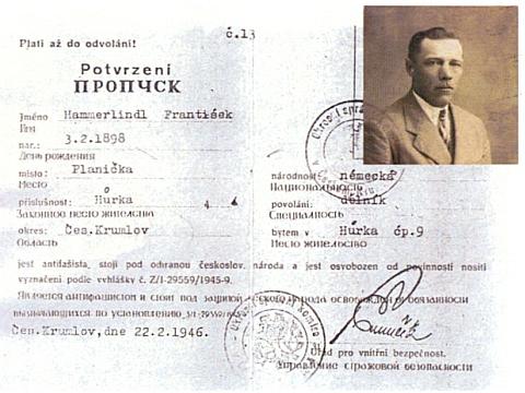 Potvrzení z roku 1946 o tom, že je otec antifašista, v češtině a ruštině
