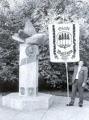 """Volarská korouhev vedle čerstvě vysvěceného památníku Adalberta Stiftera na """"Šumavském náměstí"""" v Mnichově dne 22. října roku 1989"""